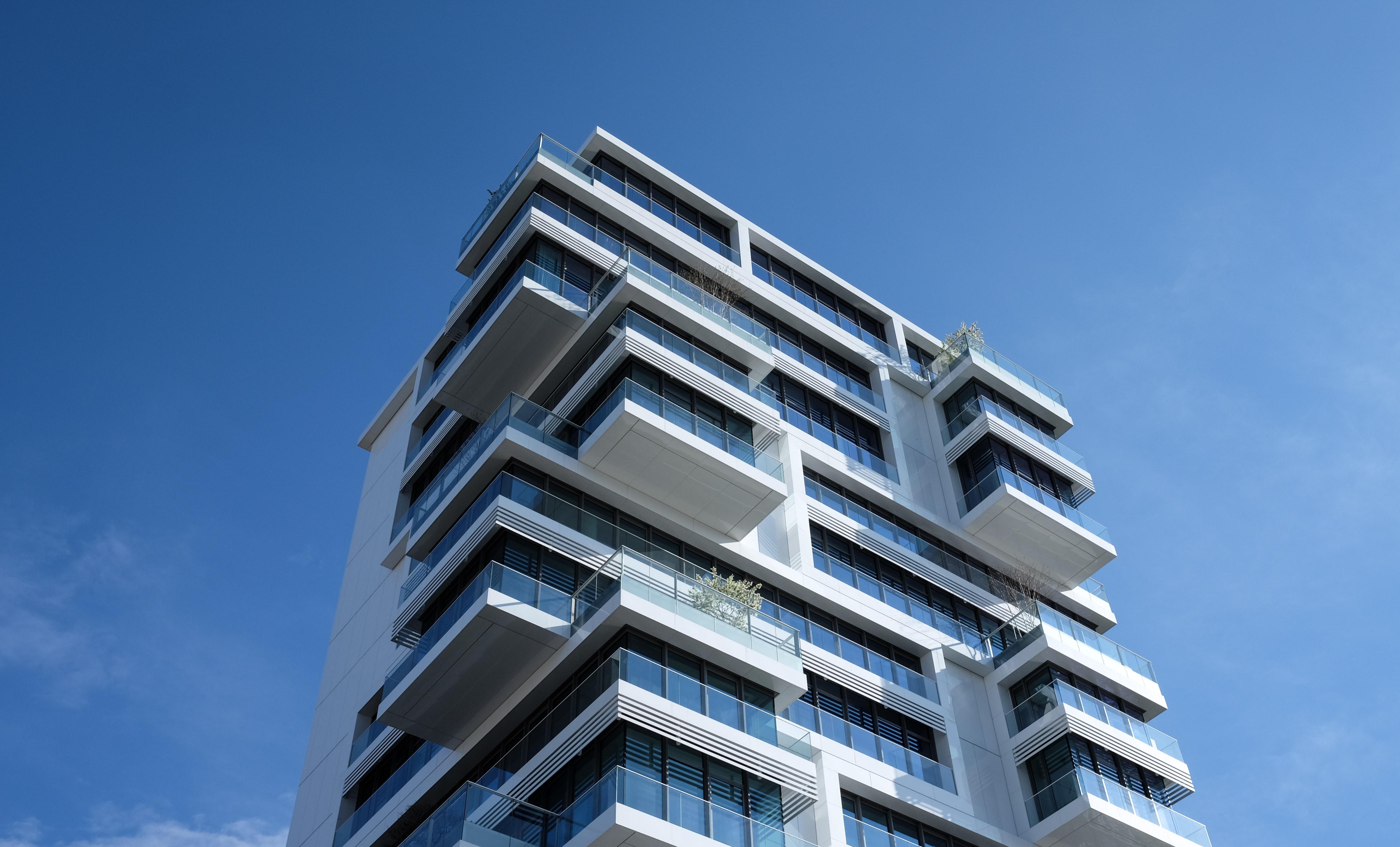 Construtora deve disponibilizar moradia à proprietária de apartamento com grave infiltração